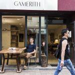 Raimund Gamerith ruht sich aus, natürlich am selbst entworfenen Tisch