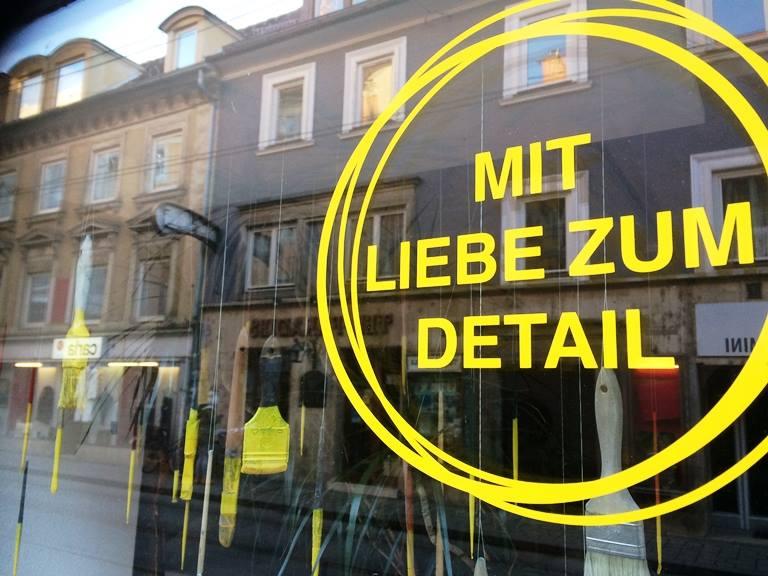 Eines der neu gestalteten Schaufenster in der Jakoministraße.