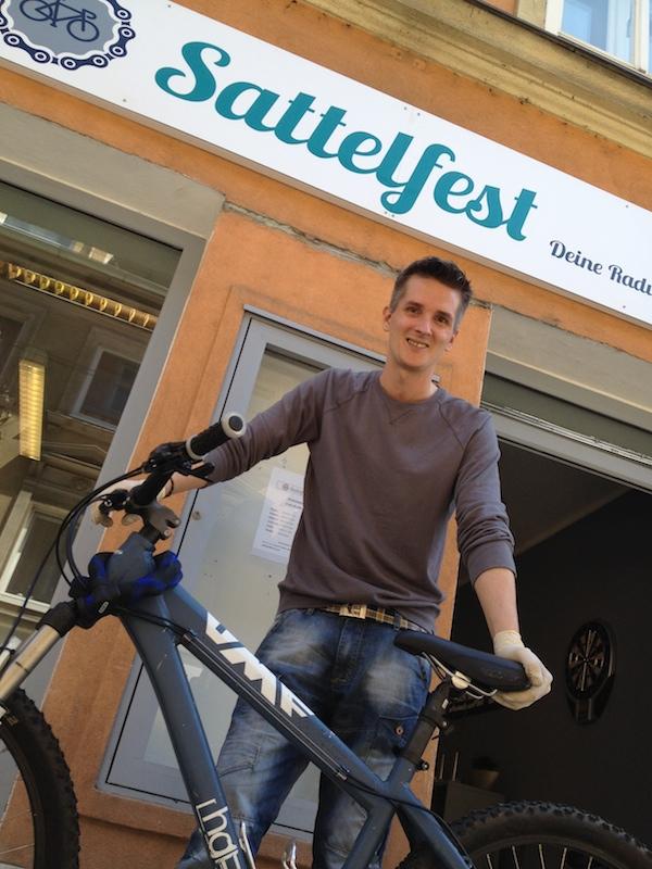 Hilft mit Tipps & Frühlingsservice: Reinhard Guggi, Radexperte von SATTELFEST in der Jakoministraße 7