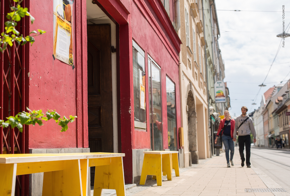 Platzsparend, robust und schön – die neuen Grazer Stadtmöbel aus dem Jakominiviertel