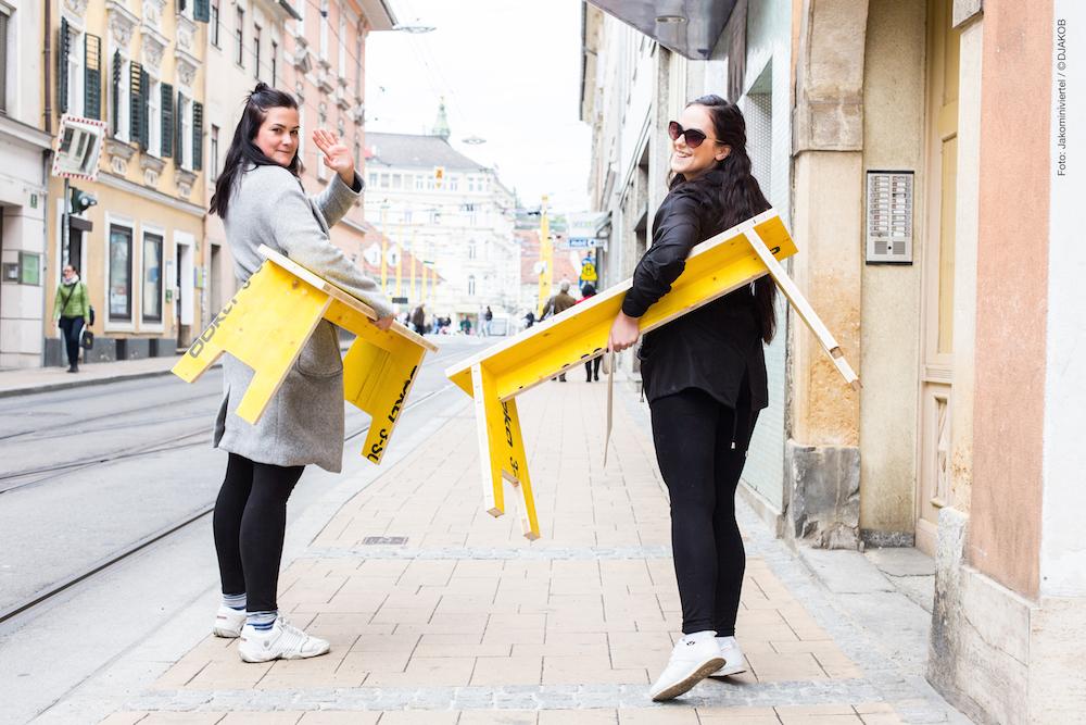 Zwei von 100 Glücklichen mit den neuen Grazer Stadtmöbeln