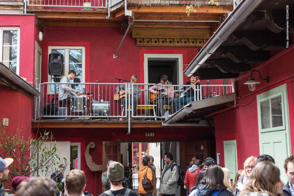 Good Vibes im Innenhof: Auch die Grazer Gruppe WARNQUADRAT sicherte sich ein Bankerl und spielte vom Balkon.